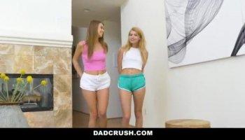 Azota el culo de su novia en la webcam y luego se la folla