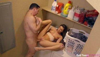 Infiel poniendo los cuernos a su marido borracho