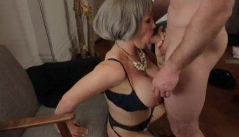 Jovencito se lleva una mamada de su asistenta madura pagándole extra