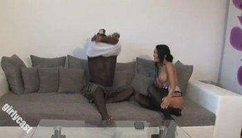 namorado tirando a virgindade da namorada