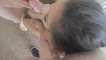 Geile nackte Latina bringt sich selbst mit Vibrator zum Orgasmus