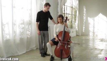 Nina Devil aus Deutschland zieht durchsichtige Dessous aus