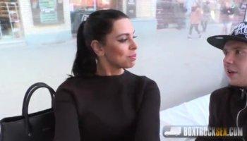 Busty latina Amanda X prende il cazzo duro in pubblico