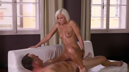 Mouth-to-mouth fucking with slut Tina Hot and blonde MILF Roxana B